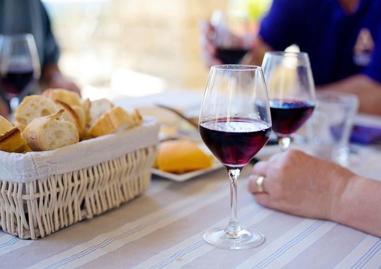 Beber vino tinto tiene efectos positivos para nuestra salud intestinal, dice estudio