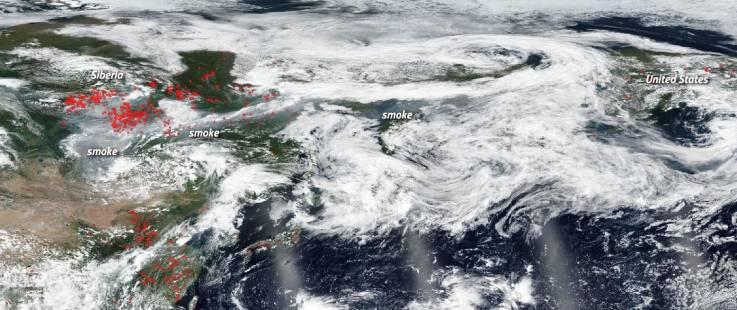 Imágenes satelitales revelan que el humo de los incendios forestales en Siberia llega hasta América del Norte