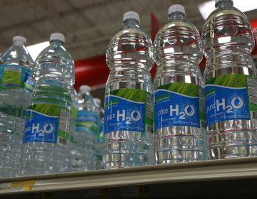 El aeropuerto de San Francisco prohibirá la venta de botellas de plástico con agua