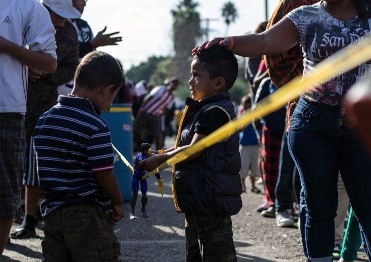 La administración de Trump promueve a juez que amenazó a un niño migrante de dos años con un perro