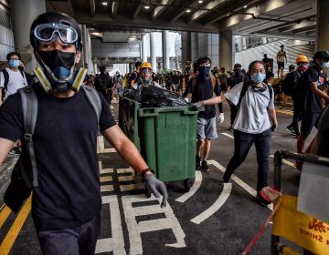 Cientos de manifestantes irrumpen en el aeropuerto de Hong Kong