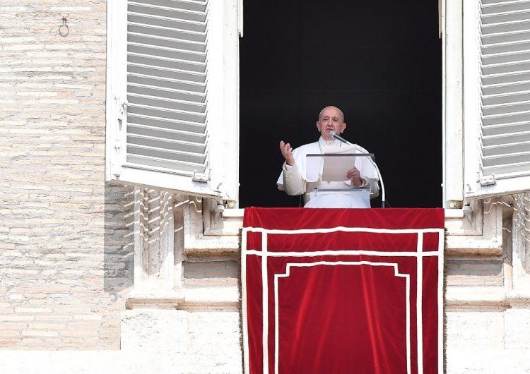 Bomberos auxilian al Papa Francisco luego de quedarse atrapado en un ascensor