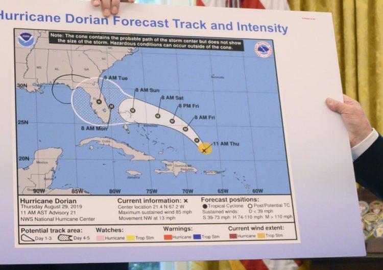 Trump defiende mapa de la trayectoria del huracán Dorian modificada con plumón