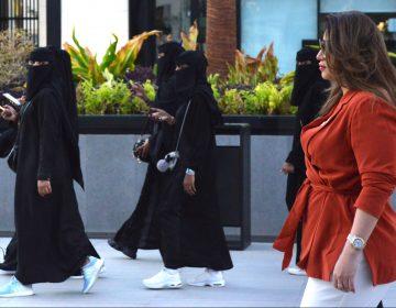 La rebelión de las saudíes contra la túnicas que cubren todo su cuerpo