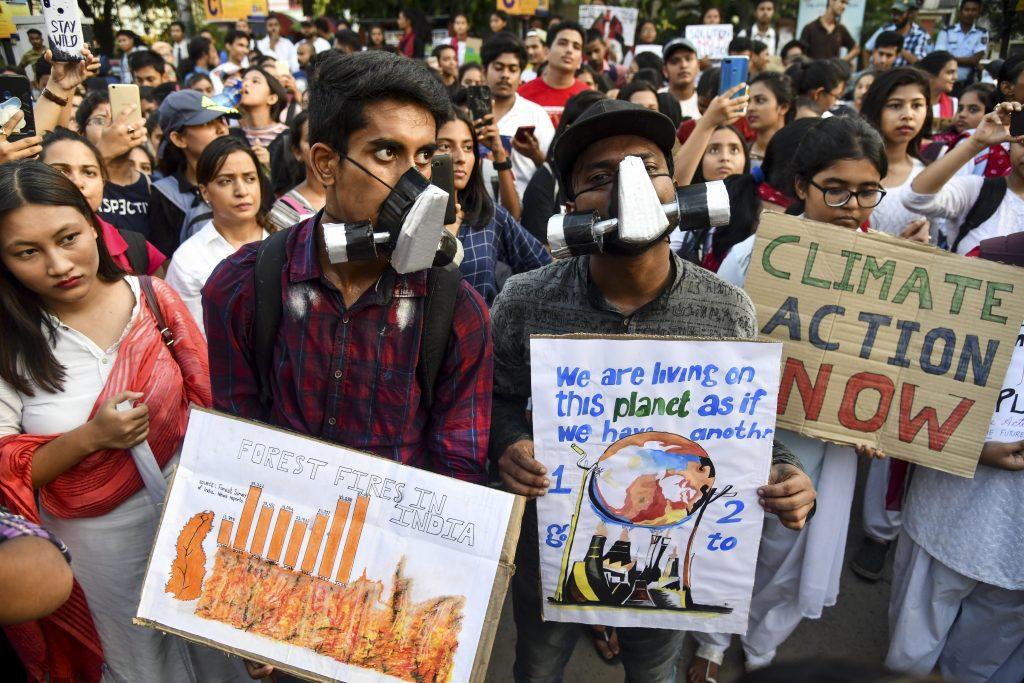 Jóvenes estudiantes protestaron en calles de la India.