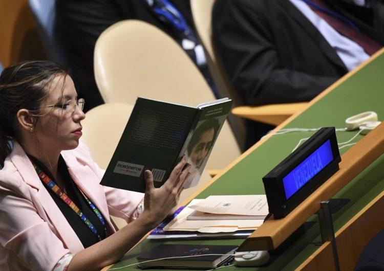 Diplomática de Venezuela ignora a Trump y se pone a leer libro de Simón Bolívar en la ONU