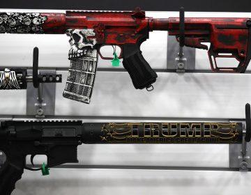 Fabricante suspende la producción del rifle AR-15, utilizado en tiroteos de EU, porque hay suficientes en el mercado