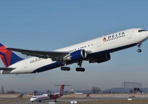 Un avión de Delta se desploma más de 9 mil metros en minutos