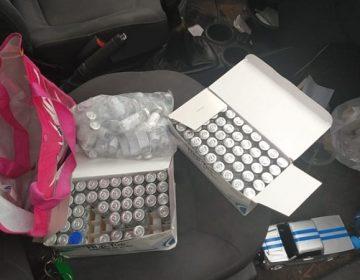 Detienen a trabajador del IMSS y a acompañante por presunto robo de medicamentos