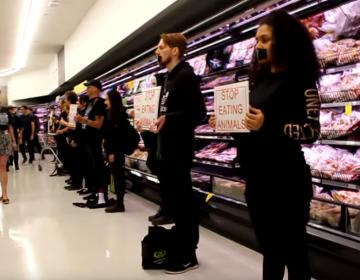 Activistas veganos y clientes se enfrentan en un supermercado