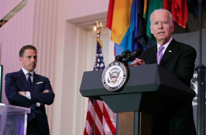 El vicepresidente Joe Biden (der) habla mientras su hijo, Hunter Biden, mira la ceremonia anual de entrega de premios McGovern-Dole Leadership Award en abril de 2016. Foto: PAUL MORIGI/GETTY