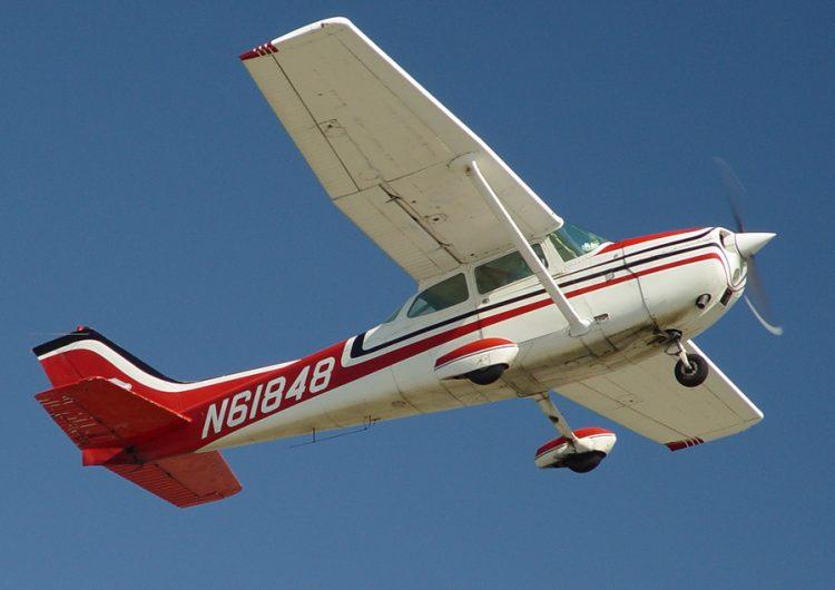Aprendiz de piloto aterriza de emergencia luego de que su instructor se desmayara