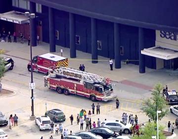 Un hombre estrella su camioneta contra un centro comercial en Chicago; no se reportan heridos