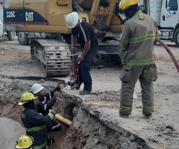 Retroexcavadora troza tubería de gas natural en obras de paso a desnivel en Av. Salvador Quezada Limón