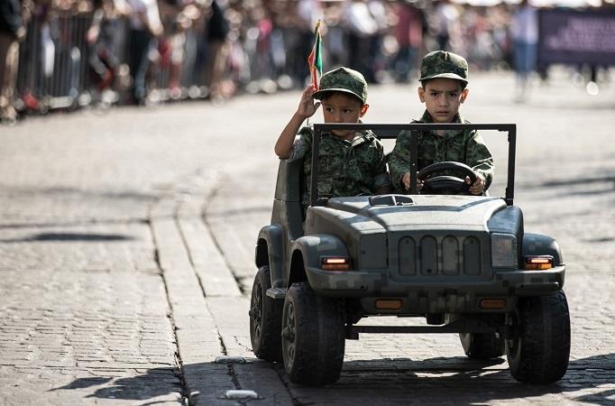 Colorido desfile cívico-militar por el Día de la Independencia en Aguascalientes