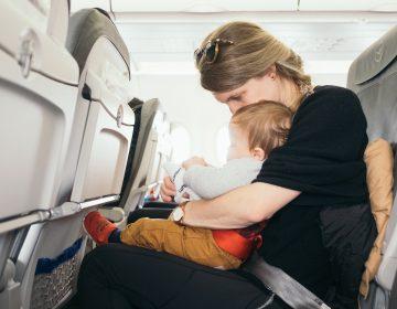 Una aerolínea muestra los asientos donde hay bebés para que pasajeros puedan evitarlos