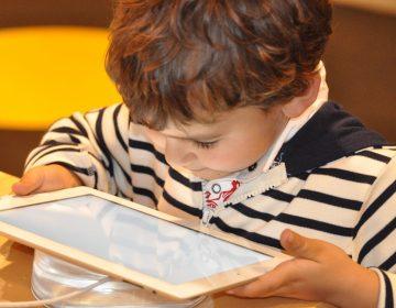 El uso excesivo de dispositivos electrónicos provoca síndrome de fatiga visual en niños