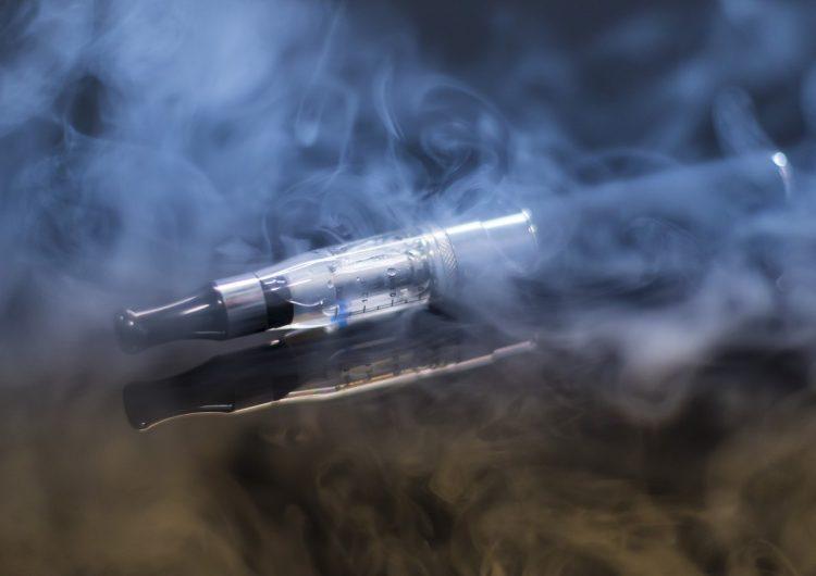 El gobierno de Trump quiere eliminar los cigarros electrónicos de sabores para combatir la epidemia de uso