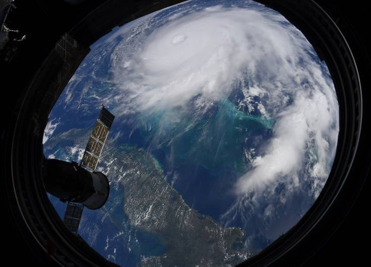 Video muestra los relámpagos que rodean al huracán Dorian
