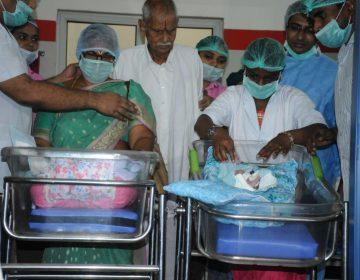 Una mujer de 73 años da a luz a gemelas en India