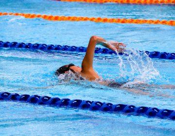 Descalifican a nadadora colegial de EU porque árbitro consideró que su traje revelaba demasiado