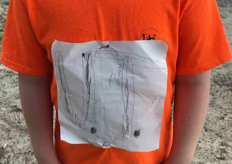 Un niño creó su playera de la Universidad de Tennessee y sufrió burlas… Pero su diseño llegó a la tienda oficial