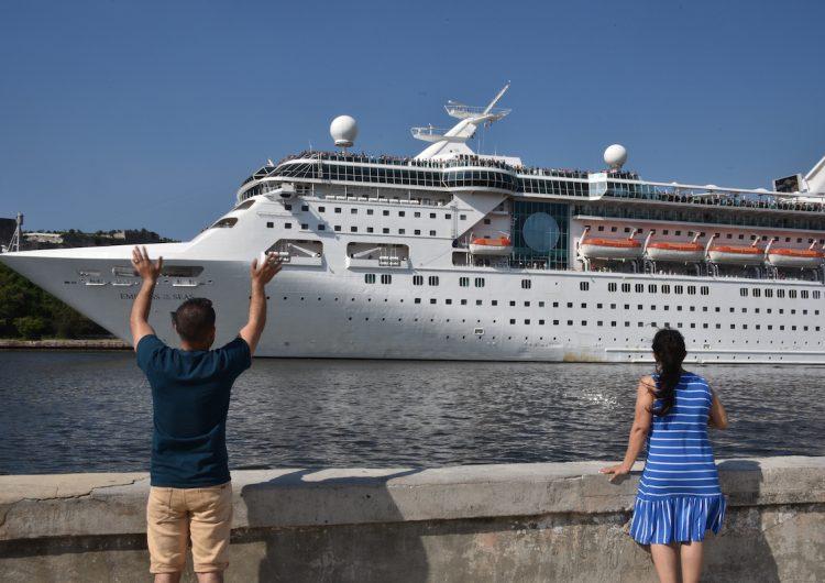 Una mujer es vetada de un crucero después de tomarse una foto en la barandilla del barco