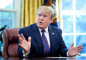 Trump propuso disparar contra migrantes y construir un muro electrificado, según NYT