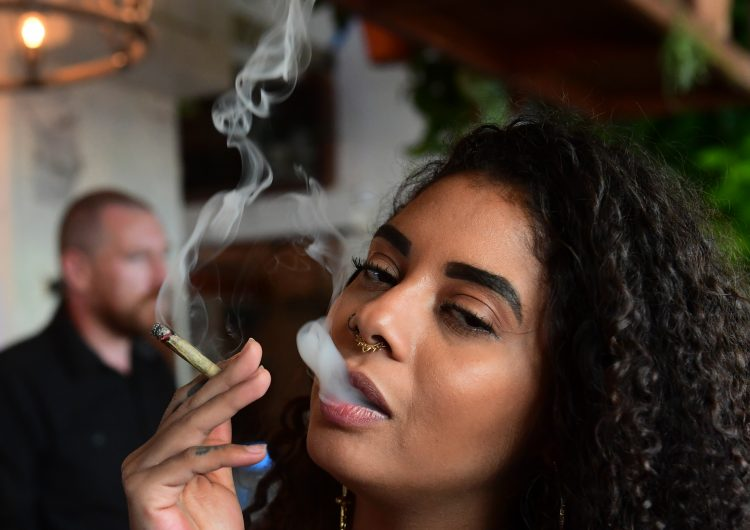 El primer café de cannabis de EU abre en Hollywood