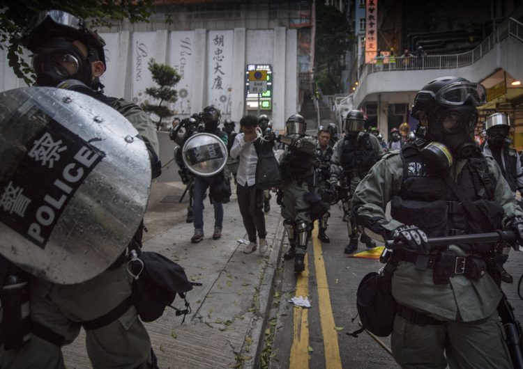 Más de 30 heridos por enfrentamientos entre manifestantes y policía en Hong Kong