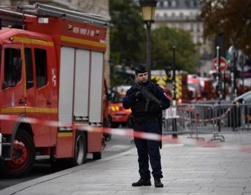 Ataque a jefatura policial en París deja cinco muertos, entre ellos el agresor