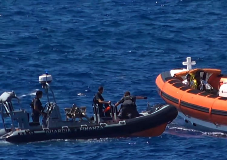Trece muertos y una decena de desaparecidos en naufragio de barco de migrantes en Italia