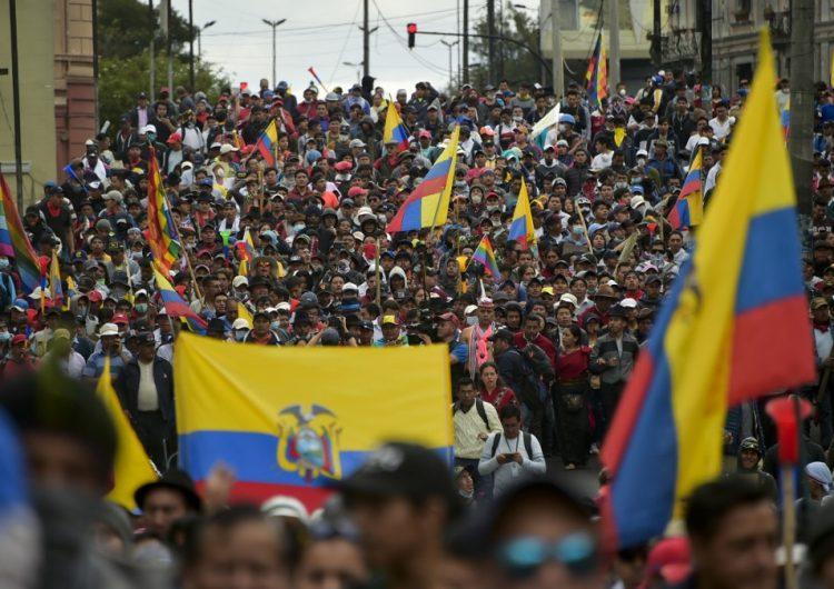 Miles de indígenas marchan en Quito contra alza de combustibles