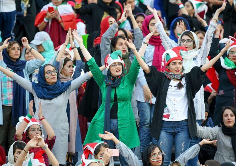 Mujeres en Irán hacen historia al asistir por primera vez a un partido de futbol