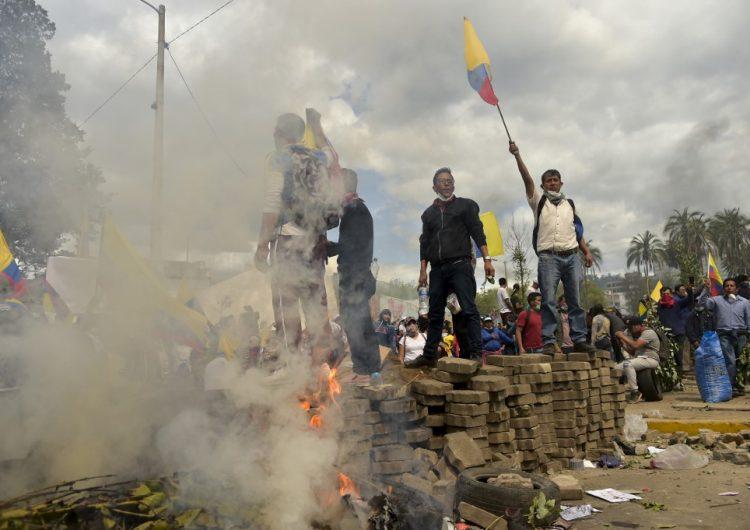 Presidente de Ecuador impone toque de queda y militarización en Quito ante protestas