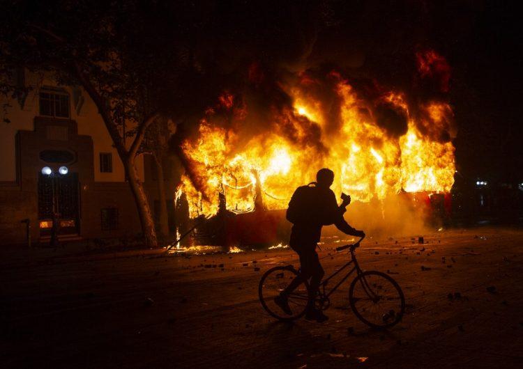Chile: Gobierno congela aumento al metro en medio de protestas y toque de queda