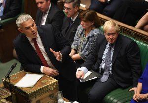 Parlamento británico pospone decisión sobre el Brexit