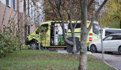 Un hombre armado roba una ambulancia y atropella a varias…