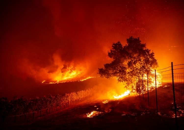 Bomberos combaten incendios en California, donde se esperan cortes de energía masivos