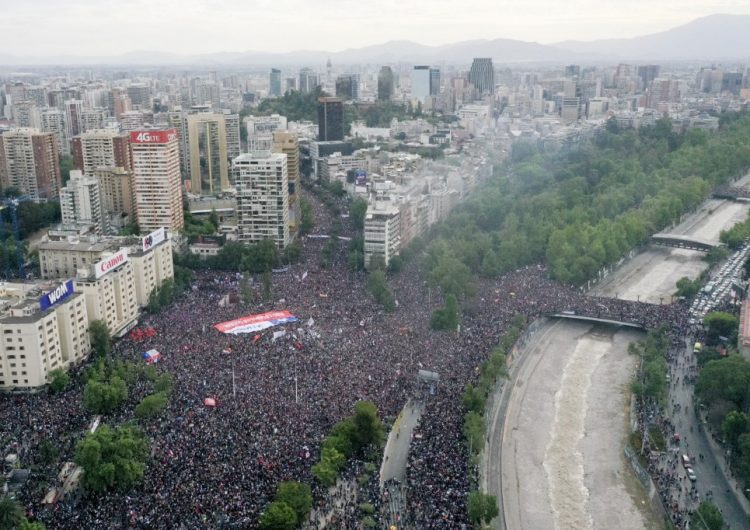 La marcha más grande de Chile: Casi un millón de personas protestan contra el gobierno de Piñera