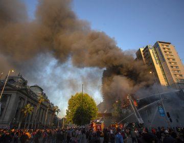 Se incendia edificio en Santiago en medio de protestas a un día del cese del estado de emergencia en Chile