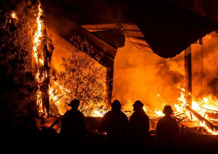"""Los Ángeles en alerta roja """"extrema"""" por fuertes vientos en medio de los incendios forestales"""