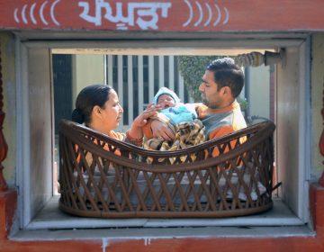 Un hombre de India que sepultaba a su hija descubre a una bebé enterrada aún con vida