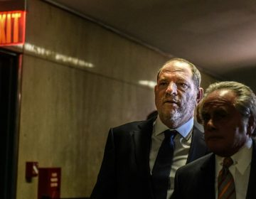 Harvey Weinstein es enfrentado por una comediante durante una presentación en NY