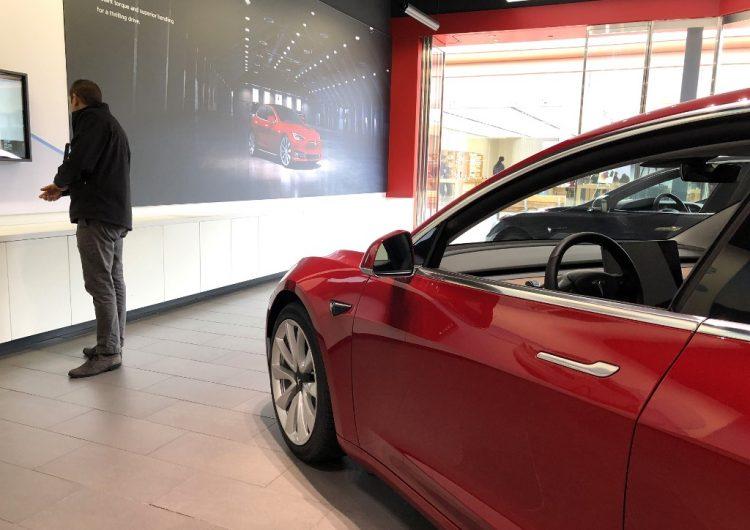 Hombre muere dentro de un Tesla en llamas porque sus puertas futuristas permanecieron cerradas; familia demanda