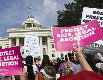 Juez bloquea ley que convierte el aborto en delito grave en Alabama