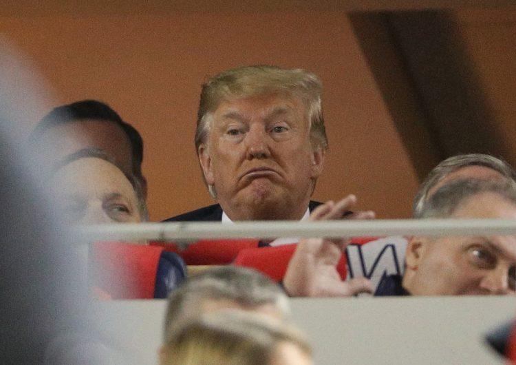 """""""¡Enciérrenlo!"""": Abuchean a Trump en un partido de béisbol de las World Series"""