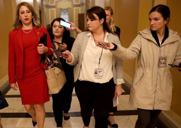 """La congresista Katie Hill acusa a Trump de """"abuso de poder hacia las mujeres"""" en su última votación en el Congreso"""