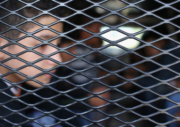 Un guardia de un centro de detención de migrantes en Texas es acusado de agredir a un niño de cinco años