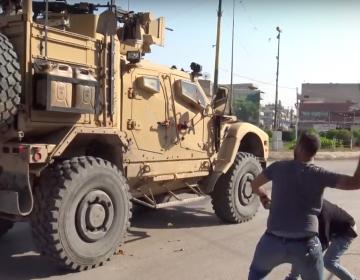 """""""¡Mentirosos!"""": Pobladores de Siria agreden a soldados de EU durante su retirada"""